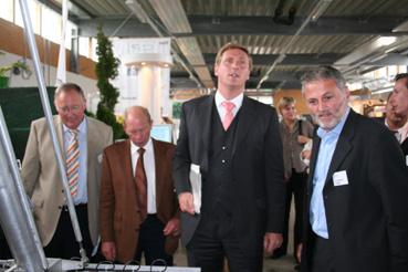 Landwirtschaftsminister Dr. Christian von Boetticher läßt sich auf seinem  Messerundgang die Funktionsweise eines Sortierrobotters erklären